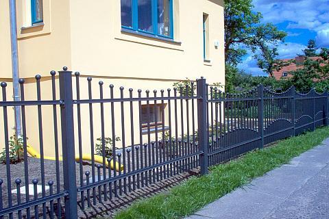 Kovové ploty společnosti HUŠEK a.s., divize PLOTOVÉ SYSTÉMY
