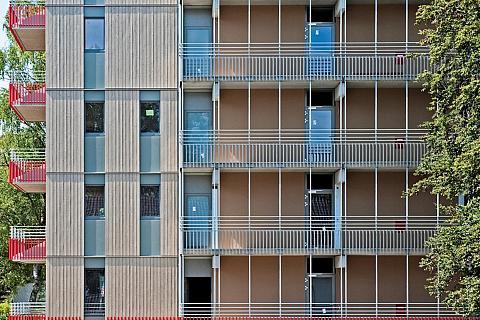 Každý byt má k dispozici volné plochy ve formě ocelových balkonů, které jsou kotveny do podlažních stropů ? barevná zábradlí balkónů navíc vytvářejí podstatnou charakteristiku vzhledu budovy